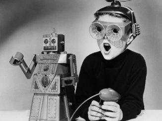 Menino brincando com um robô, história da Inteligência Artificial